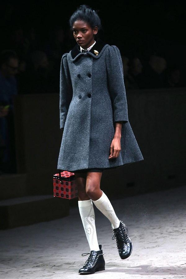 Đây chính là set đồ mà các tín đồ cho rằng lấy nguồn cảm hứng từ trang phục của Công chúa Charlotte với dáng váy áo măng tô màu xám ghi cùng đôi giày cổ điển và vớ trắng lửng