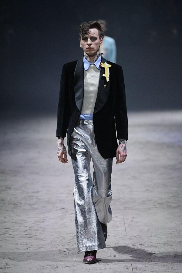 Những thiết kế đồ nam giới điểm xuyến thêm những họa tiết hoạt hình ngộ nghĩnh như chú thỏ trên thân áo blazer đen