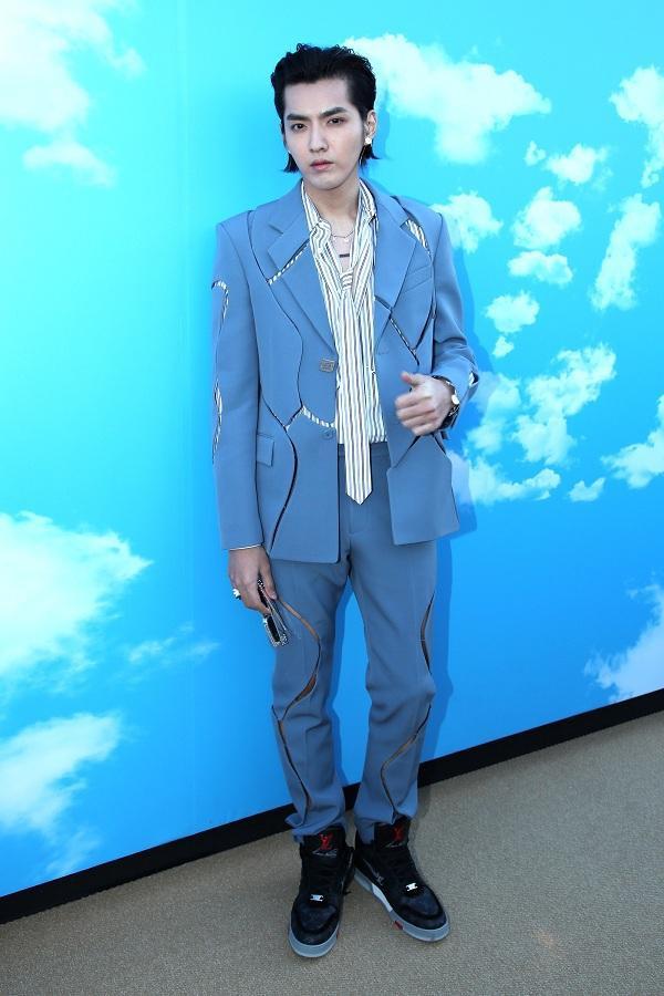 Ngô Diệc Phàm trong set đồ suit xanh biển pastel với đường cắt xẻ trên áo và quần rất lạ mắt, anh mix cùng áo sơ mi sọc bên trong cùng đôi giày thể thao hầm hố . Nguyên set đồ của anh là do giám đốc sáng tạo tài năngVirgil Abloh thiết kế.