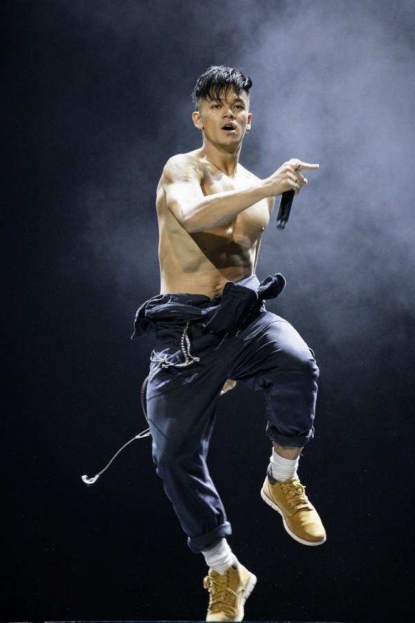 Không chỉ trong những sản phẩm âm nhạc, trên sân khấu, anh chàng cũng tận dụng triệt để thế mạnh ngoại hình của mình để phần trình diễn thêm bùng nổ.