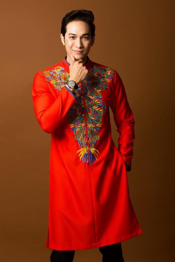 Áo dài mang sắc đỏ luôn bắt mắt người nhìn và mang lại nhiều may mắn cho dịp đầu năm