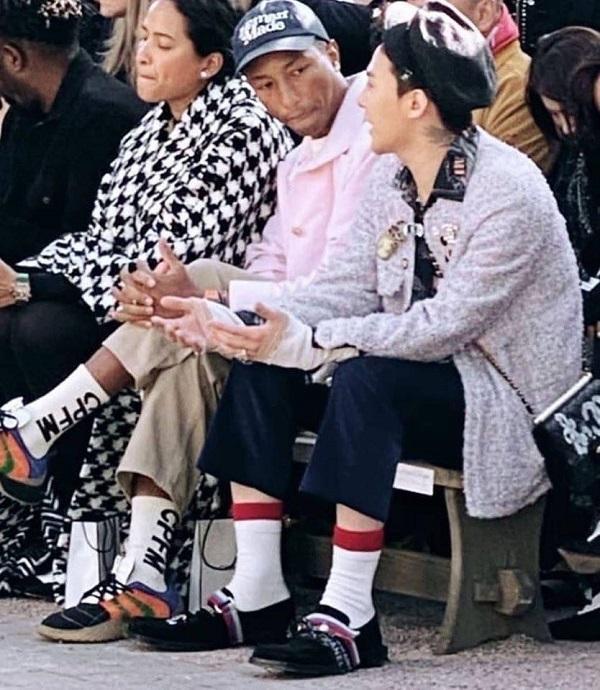 """G-Dragon ngồi hàng ghế front row cùng với rapper Pharrell Williams – Pharrell luôn được biết là """"chàng thơ của Chanel"""" và có mối quan hệ cực kì tốt với cố NTK Karl Lagerfeld"""
