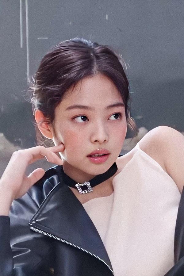 Nhan sắc thanh khiết cùng tone makeup nhẹ nhàng sương sương của Jennie trong loạt ảnh thời trang mới cũng khiến fan sốt sắng