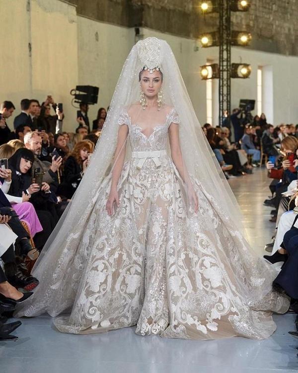 Đây là chiếc váy cưới vedette của BST Haute Couture của Elie Saab với thiết kế váy bung xòe cùng chất liệu ren và đá đính lấp lánh.