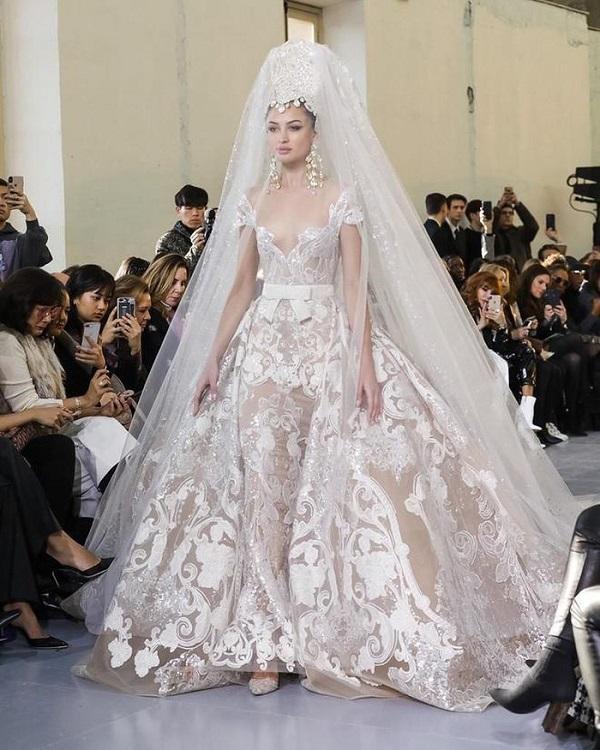 Khăn trùm đội đầu của cô dâu được thiết kế tinh xảo, điệu nghệ đậm chất vương giả giúp người mặc cảm nhận mình sẽ là cô dâu đẹp nhất đêm nay