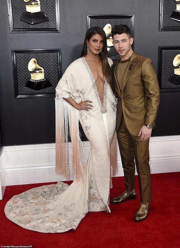 Hoa hậu thế giới Priyanka Chopra hút mắt khi mặc chiếc váy trắng đuôi cá xẻ sâu vòng một Ralph and Russo đến tận rốn pose dáng bên cạnh anh chồng Nick Jonas