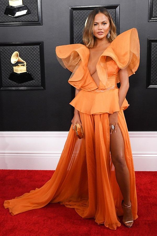 """Siêu mẫu Chrissy Teigen """"cháy bỏng"""" trong bộ váy cam đến từ Yanina Couture hở vòng một đẫy đà"""