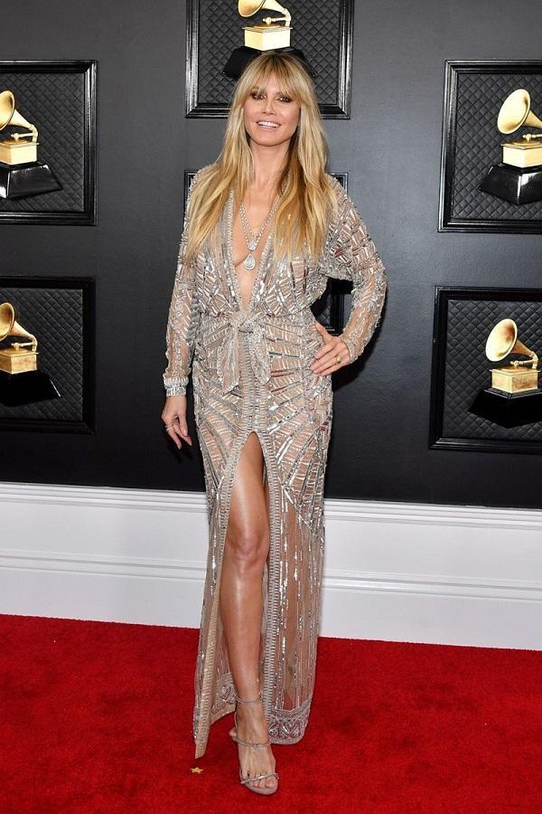 Cựu thiên thần Victoria's Secret Heidi Klum vẫn chứng tỏ tên tuổi của mình khi khoe sắc vóc gợi cảm trong bộ váy xuyên thấu của brand Dundas chất liệu bạc cắt xẻ từ ngực đến chân