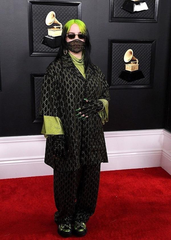 """Billie Eilish lại gây """"sốc"""" với mái tóc xanh lá cây ombre cùng trang phục kín mít bịt khẩu trang và đeo mắt kiếng đen . Nguyên set đồ của cô đến từ thương hiệu Gucci"""
