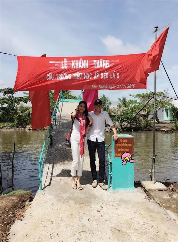 Công Vinh và Thủy Tiên xây cầu ở Kiên Giang hồi năm 2016.