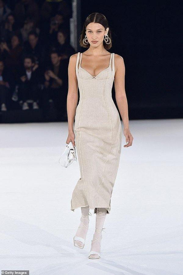 Bella Hadid cùng chị gái luôn được nhà thiết kế ưu ái khoác trên mình những items đẹp và độc nhất