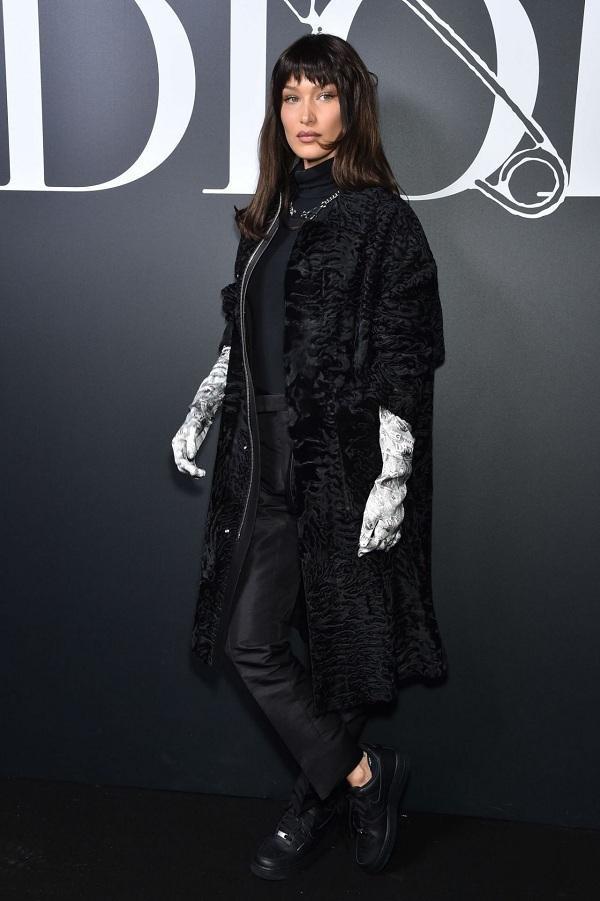 Bella Hadid khác lạ với kiểu với lối ăn mặc kín bưng đậm nam tính tại show diễn Dior Homme 2020