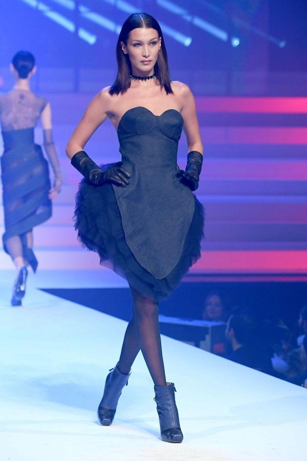 Có thể nói các nhãn hàng yêu thích Bella Hadid hơn cả cô chị Gigi Hadid vì đa phần chân dài sinh năm 1996 này góp mặt hầu hết tất cả các show thời trang của từng nhãn hàng.