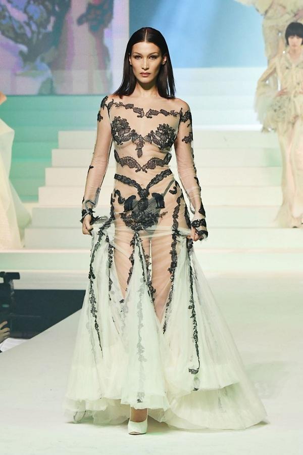 Bella Hadid táo bạo diện váy xuyên thấu mong manh trong show Jean Paul Gaultier