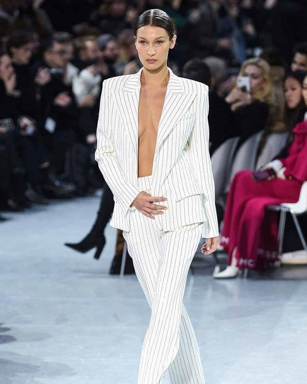 Bella Hadid trình diễn trong show của Alexandre Vauthier tại tuần lễ thời trang Paris diễn ra ở Pháp ngày 21/1 trong bộ suit sọc kẻ không mặc nội y