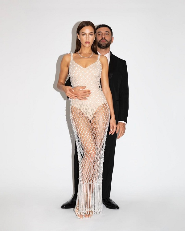 Chân dài Nga đình đám bốc lửa trong kiểu váy tua rua xuyên thấu đính đá pha lê do giám đốc sáng tạo Riccardo Tisci thiết kế riêng