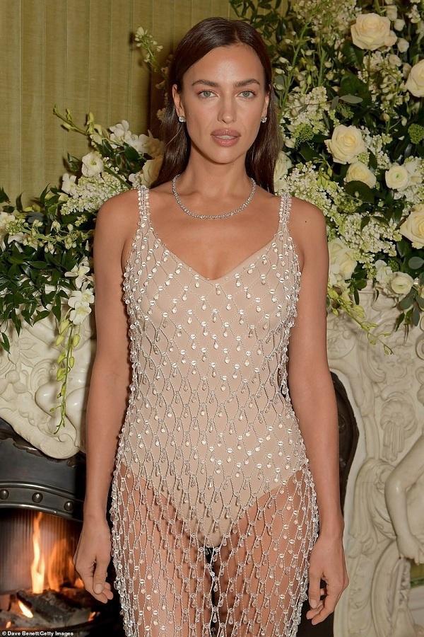 """Irina Shayk trở thành """"tâm điểm"""" của giới truyền thông với bộ váy có những chi tiết pha lê sang trọng và tinh tế"""