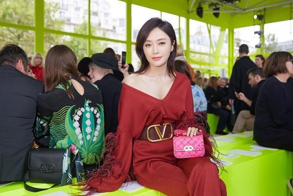 """Tần Lam trẻ trung khi dự buổi trình diễn bộ sưu tập của nhà mốt Valentino hồi năm ngoái, mỹ nhân """"Diên Hi Công Lược"""" là gương mặt thường xuyên của thương hiệu Ý này"""