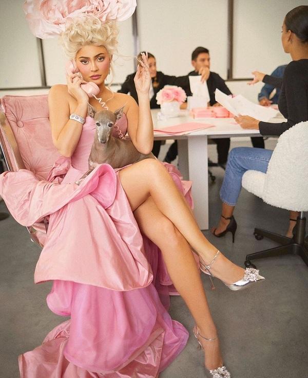 Kiểu váy hồng xa xỉ được NTK lừng danh Oscar de la Renta thiết kế cho người đẹp Hollywood với dáng váy hồng xếp tầng, tóc vàng búi cao cùng bông cài đầu đầy sang chảnh