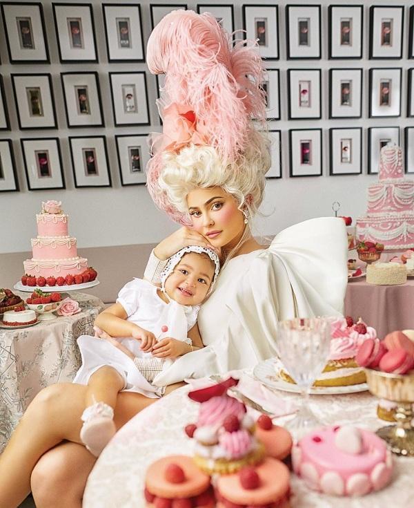 Kylie Jenner bắt chước theo style quý cô thượng lưu như Hoàng hậu nước Pháp Marie Antoinette trong những chiếc đầm với áo corset và chân váy xòe rộng. Nàng tỷ phú trẻ chụp hình trên tạp chí số mới nhất với cô con gái của mình