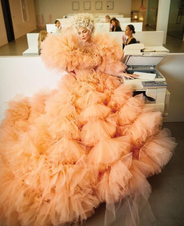 Kylie Jenner mang đến Hình ảnh hoàng hậu xa hoa của nước Pháp đi vào lịch sử với chiếc đầm ôm tôn ngực, chít eo, thân váy xòe và mở ở phía trước để có thể khoe được những tầng ren trang trí ở lớp váy trong cùng concept ở giữa thế giới hiện đại