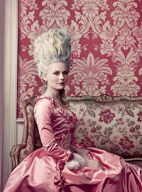 """Hoàng hậu Marie Antoinette là biểu tượng thời trang cho phụ nữ Châu Âu vào thế kỉ thứ 18, nữ diễn viên Kristen Dunst từng thành công khi hóa thân thành bà Hoàng hậu nức danh trong lịch sử và Kylie Jenner đã """"biến hình"""" xuất sắc trong bộ ảnh thời trang mới nhất"""