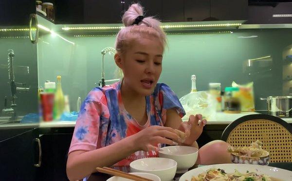"""Nàng """"hot girl thị phi"""" để mặt mộc, thản nhiên ngồi ăn trong đoạn clip được Lương Bằng Quang quay lại"""