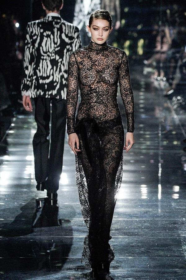 Gigi Hadid giống như cô bạn thân của mình cũng diện lên quả váy xuyên thấu chất liệu ren thấy rõ mồn một thân hình cháy bỏng của mình