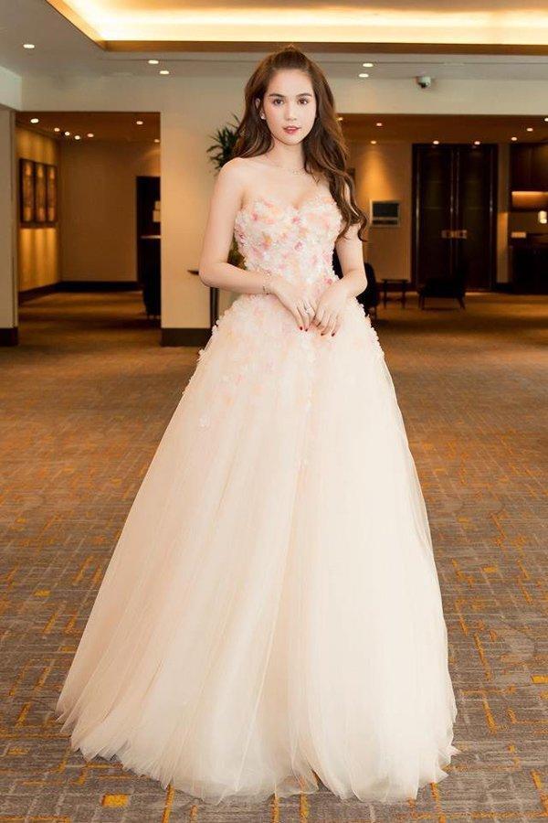 Gam màu pastel và các bông hoa đính kết trên ngực áo tạo nét nữ tính, dịu dàng cho trang phục.