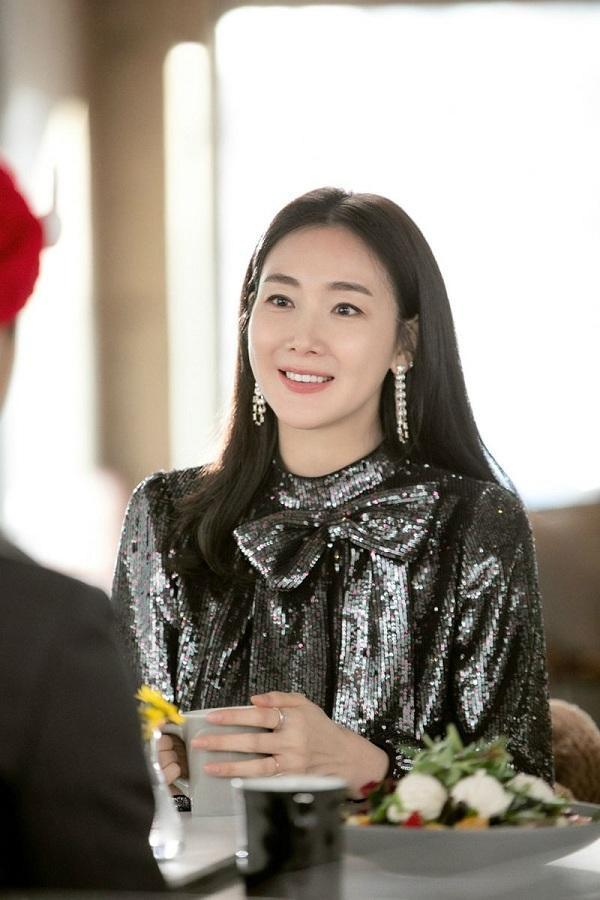 Choi Ji Woo diện kiểu váy đến từ thương hiệu của Nº21 với chất liệu sequin đen óng ánh kết hợp nền nã với các phụ kiện trang sức khiến cho cô trông hút mắt hơn hẳn, dự đoán chiếc váy này sẽ nhanh chóng được dân tình săn đón