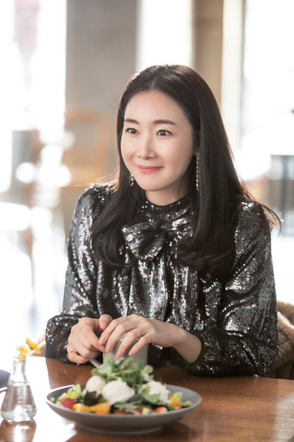 Choi Ji Woo chỉ là vai khách mời trong một bộ phim mà nhan sắc, thần thái cùng trang phục của cô đã nhanh chóng được dân tình chú ý
