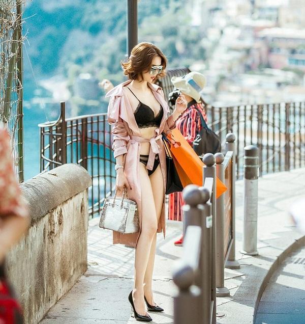 Thậm chí hình ảnh đi Châu Âu , người đẹp cũng khoe khéo hình ảnh streetstyle mặc mỗi nội y chụp hình trên phố khiến bao người ngây ngất