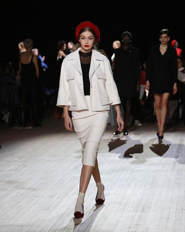 Chân dài Gigi Hadid hóa thân thành quý cô thanh lịch đậm chất vintage đẹp rạng rỡ tại show Marc Jacobs