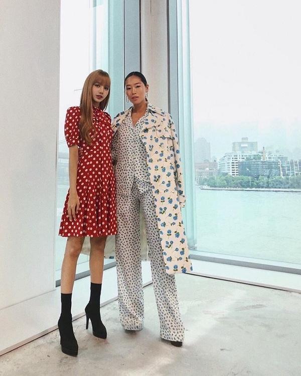 Thậm chí, Lisa còn được fashionista kiêm bollger đình đám nhất nhì mạng xã hội Aimee Song xin chụp hình cùng tại show Michael Kors