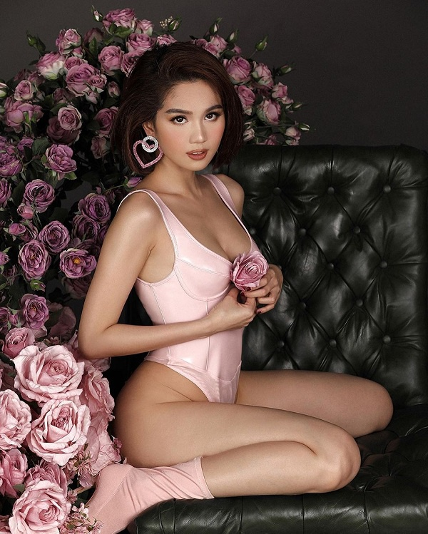 Sau đó, nữ hoàng nội y Việt Nam tiếp tục update hình ảnh nóng bỏng khi cô thả dáng trong dáng bodysuit xẻ ngực màu hồng nhân dịp Valentine's day