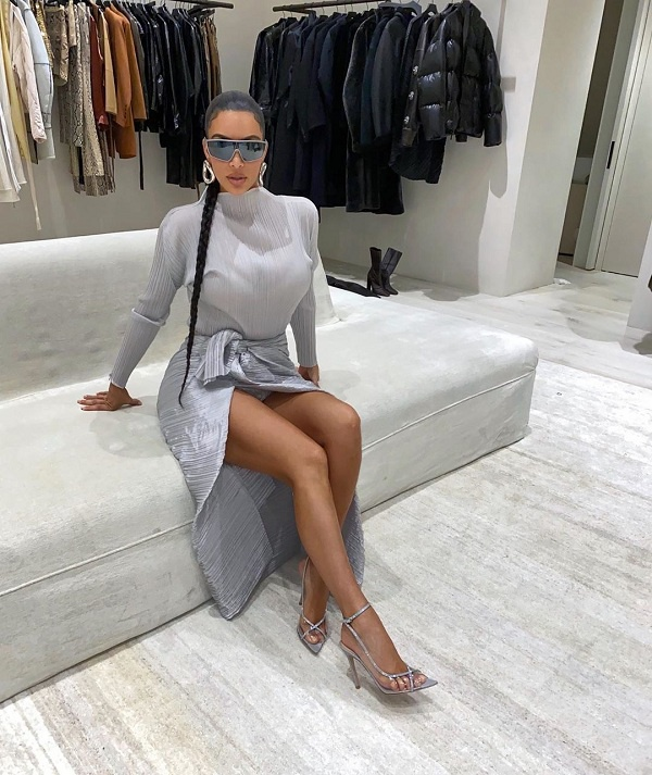 Cô chị Kim Kardashian chọn bộ váy xám xẻ chân , đeo mắt kiếng bản to cực ngầu