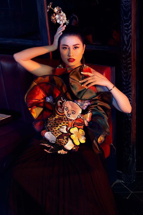Người đẹp Việt khoác trên mình những bộ trang phục độc lạ mang hơi hướng ý tưởng thiết kế từ những hình ảnh quen thuộc như hoa sen, lá sen, tranh đông hồ