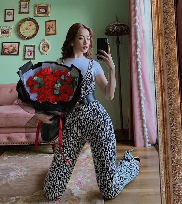 Được biết, chỉ riêng bộ jumpsuit của hãng Chanel có giá tận 3.350 nghìn đô la Mỹ ( tầm hơn 77 triệu đồng) cho thấy sự chịu chi của Chi Pu trong khoản quần áo