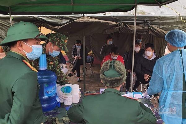 120 người được về nơi cư trú sau 14 ngày bị cách ly ở Lạng Sơn khi đi từ vùng dịch virus corona ở Trung Quốc. Ảnh: VietNamNet