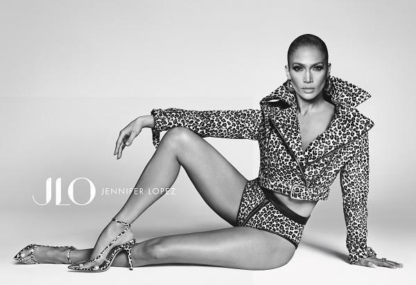 Jennifer Lopez luôn tỏa ra sức hút từ vai trò từ ca sĩ, diễn viên cho đến kinh doanh ở mảng làm đẹp giờ đây tiếp tục lấn sân sang thiết kế thời trang chả hề làm khó cô một chút nào dù đã ở tuổi 50