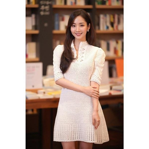 Thư ký Kim xinh đẹp thanh tao trong kiểu váy trắng e ấp, vô cùng nữ tính tại một sự kiện vừa qua