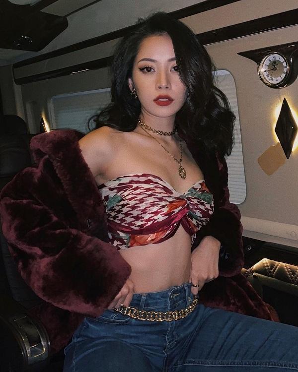 Mỹ nhân sinh năm 1993 tiếp tục dùng một kiểu khăn lụa quấn thành kiểu áo ngực mix với jeans cùng áo khoác dạ lông bên ngoài