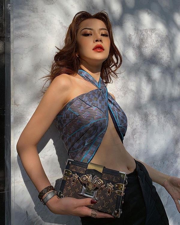 """Mới đây nhất, hình ảnh nữ diễn viên """" Chị chị em em"""" với kiểu khăn của Louis Vuitton quấn quanh ngực cut-out đầy thu hút đi cùng phụ kiện clutch xách tay và trang sức sành điệu"""