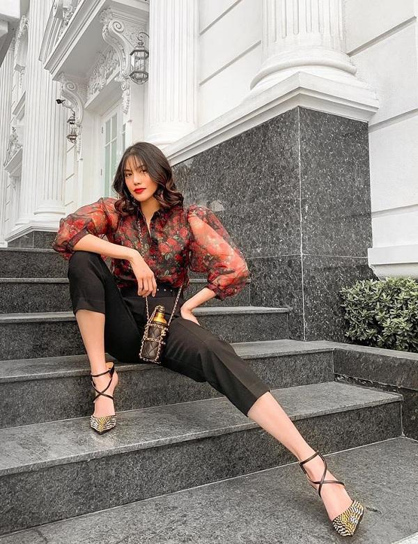 Túi hiệu Chanel với thiết kế bình nước xích mạ vàng có gần 115 triệu đồng được Lan Khuê sắm sửa đi cùng với cây đồ đỏ – đen sành điệu