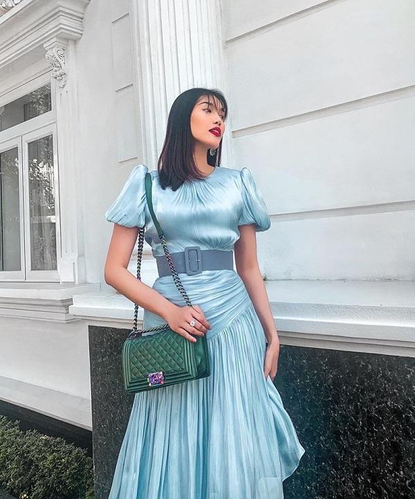 """Bà mẹ bỉm sữa """"chịu chơi"""" này rất mê các thiết kế Chanel trong khoảng thời gian gần đây, một thiết kế túi Chanel Boy dao động từ 2.500 USD (tương đương 56 triệu đồng) tới 4.300 USD (gần 97 triệu đồng) được Lan Khuê chọn xách kèm cùng chiếc váy xanh nữ tính"""