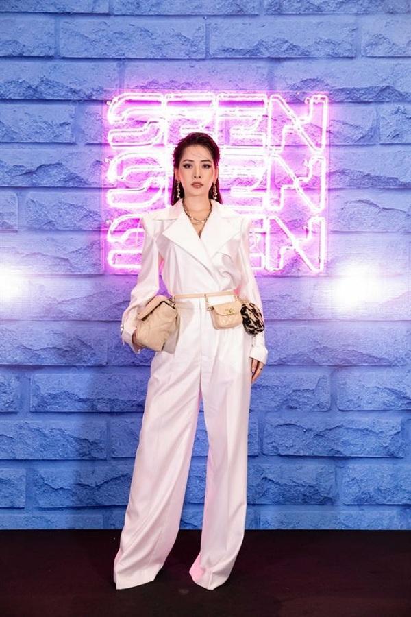 Chi Pu từng xuất hiện tại một sự kiện thời trang với style xách hai kiểu túi cùng một lúc vô cùng sành điệu. Trong đó chiếc túi Chanel 19 Maxi Flap Bag màu da be mà cô nàng cầm tay đã có giá 142 triệu đồng, đi kèm cùng beltbag và túi đựng xu thắt ngang eo giá 52 triệu đồng