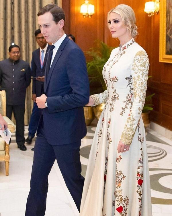 Trong buổi tiệc tối đi cùng anh chồng Jared Kushner, Ái nữ nhà Trump đã chọn cho mình một kiểu váy thêu hoa nữ tính do chính NTK Ấn Độ Rohit Bal làm riêng cho cô.