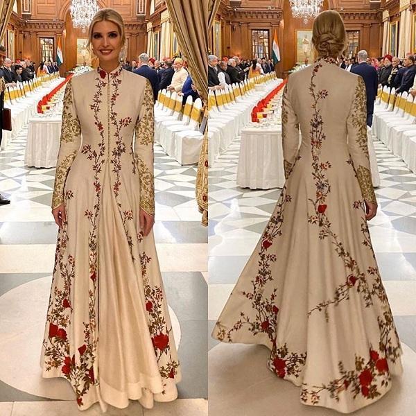 Kiểu váy được thiết kế riêng cho Ivanka với các họa tiết hoa thêu tay tỉ mỉ trên phần tay áo và chân váy. Dáng váy suông dài trong chất liệu lụa là làm tôn lên nét đẹp và vóc dáng của Ái nữ thêm bội phần