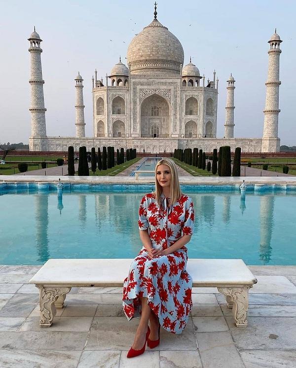 Ivanka Trump đã có chuyến công du đến Ấn Độ vừa qua, những bức ảnh với gu thời trang của con gái Tổng thống nhà Trump thu hút cánh truyền thông. Ivanka diện bộ váy của thương hiệu Proenza Schouler với kiểu váy suông tô điểm các họa tiết đỏ nổi bật