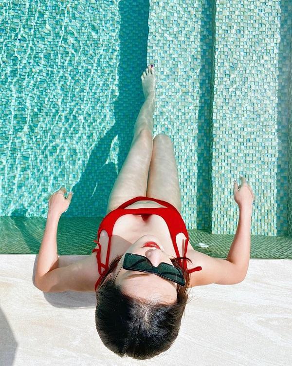 Nàng hậu khá chuộng loạt đồ bơi có thiết kế cắt xẻ táo bạo phần ngực thả dáng cùng thời tiết đang chuẩn bị vào hè